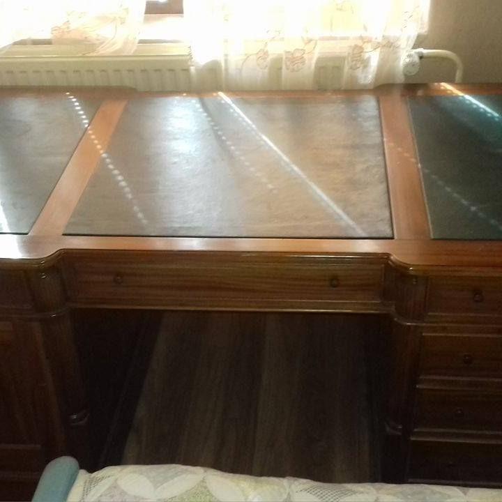 Predam starožitný notarsky pisaci stol aj stolicku