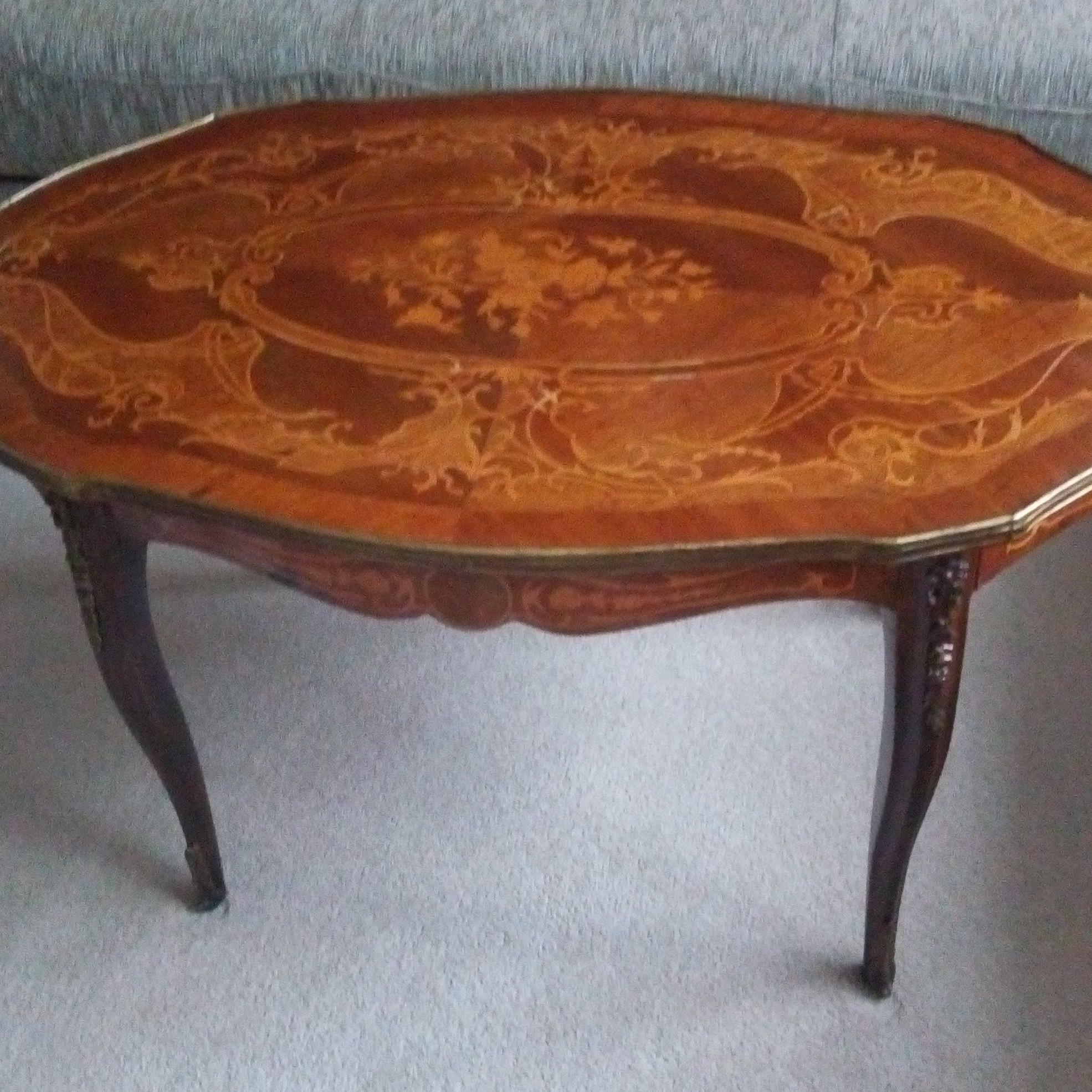 starožitný stolík s intarziou