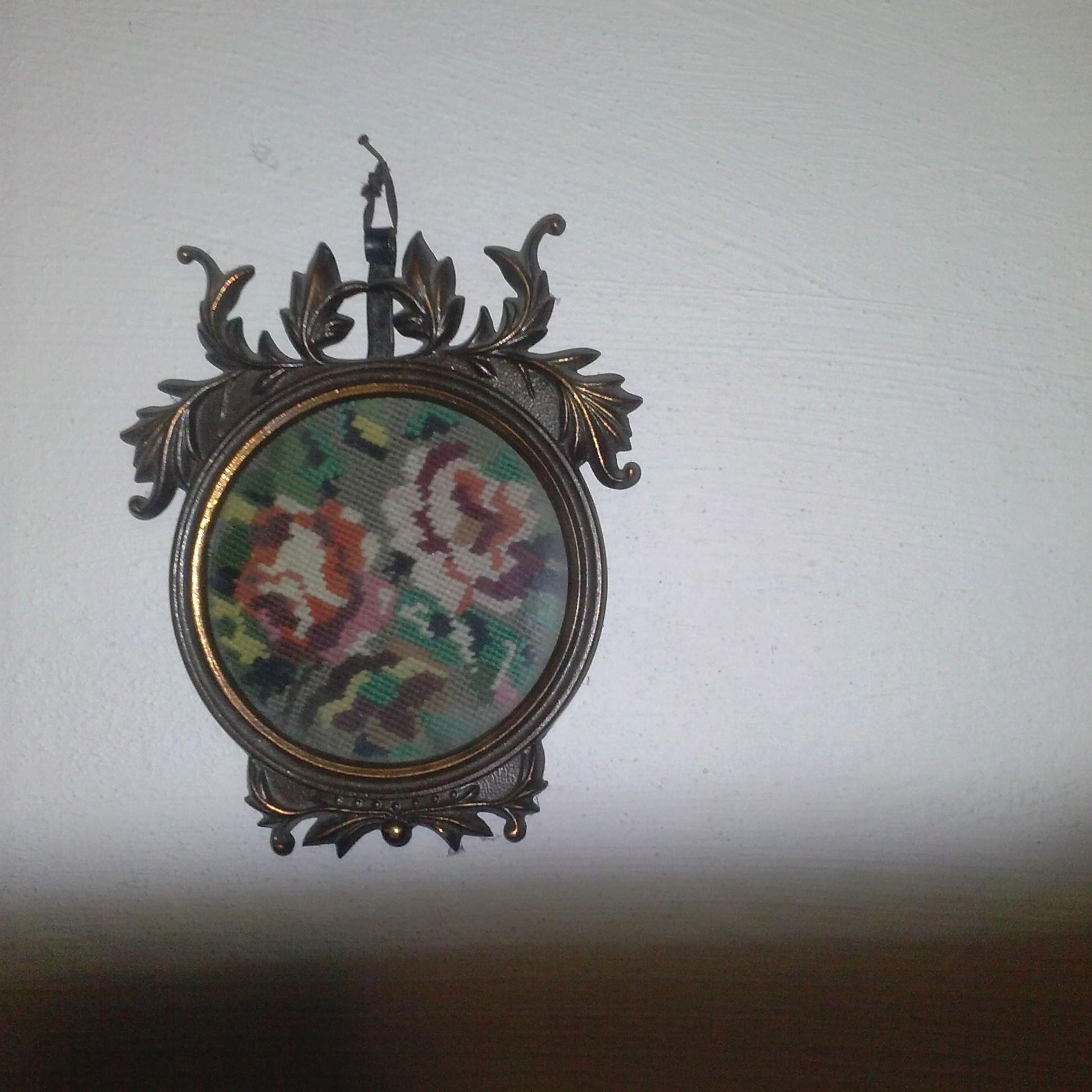 starý menší obraz s výšivkou